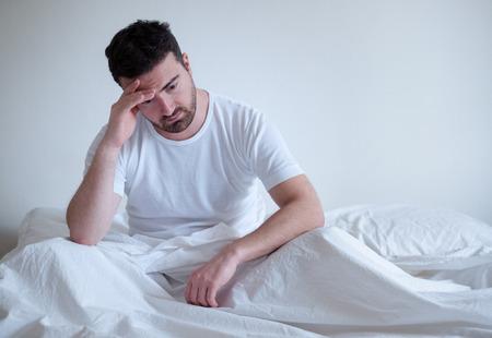 Trauriger und positiver Mann , der morgens morgens aufwacht Standard-Bild - 90000320