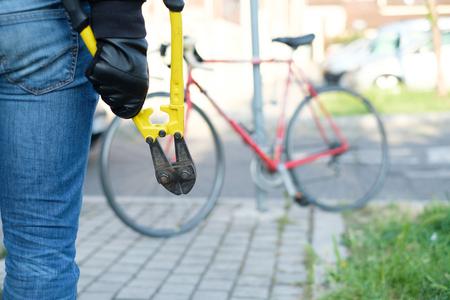 泥棒は、市内の通りに駐車した自転車を盗む