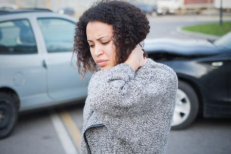 Mulher ferida se sentindo mal depois de ter um acidente de carro Foto de archivo - 92758844