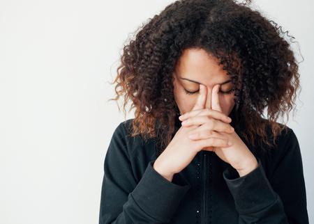 Trauriges und einsames schwarzes Mädchen, das krankes Hauptporträt und leerer Kopienraum für Text glaubt