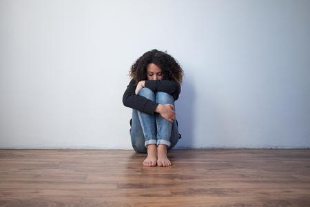 Smutna i samotna czarna dziewczyna czuje się przygnębiona