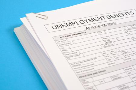 pile de cv et application pour l & # 39 ; emploi sur le bureau bleu