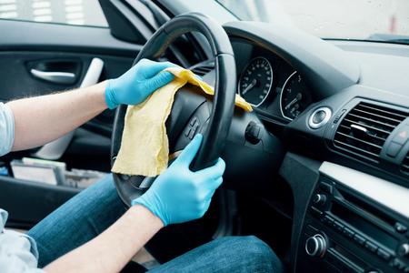 Mężczyzna czyści wnętrze samochodu i koła Zdjęcie Seryjne