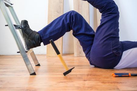 Sul posto di lavoro infortunio di un operaio appena caduto da una scala