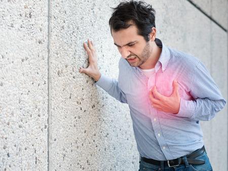 Uomo che ha un attacco cardiaco improvviso e si sente male Archivio Fotografico