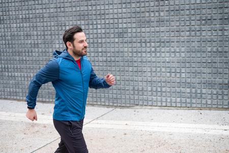 Urban runner doing training session in the street c Foto de archivo