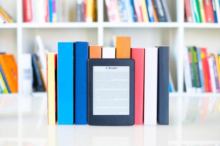 Internet et concept de livres électroniques avec lecteur e-book