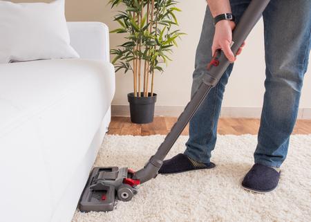 Usar aspiradora y limpiar la alfombra