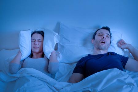 Beziehungsproblem und Ehemann schnarcht laut im Bett Standard-Bild