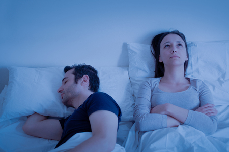 Sleep apnoea disorder in bed and man snore Banque d'images