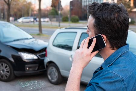 Uomo che chiama il servizio stradale dopo un incidente d'auto Archivio Fotografico