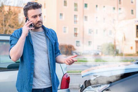 Man calling roadside service after car crash 版權商用圖片
