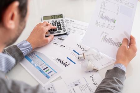 Cálculo de la eficiencia energética y los documentos de factura energética. Foto de archivo