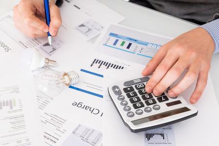 Cálculo de la eficiencia energética y los documentos de factura energética.