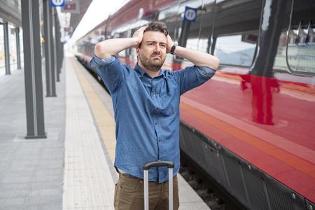 Mann verlor den Zug, kam zu spät zum Bahnsteig Standard-Bild