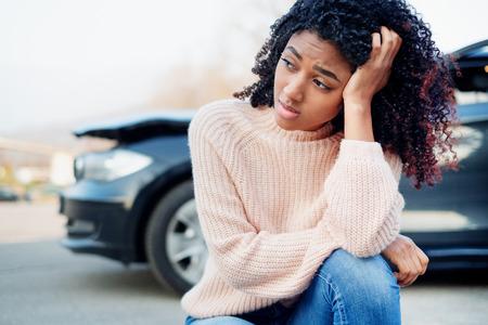 Retrato de mujer negra después de un accidente automovilístico