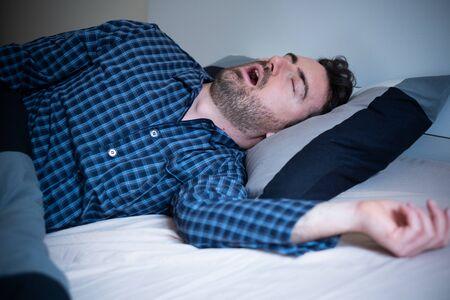 L'homme ronfle et souffre la nuit Banque d'images