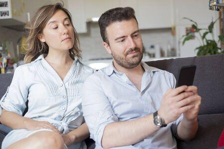 Novio atrapado por novia mientras hace trampa con teléfono móvil