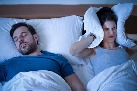 Man snoring in the bed because of night apnoea sleep disorder Banque d'images - 131842770