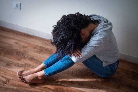 Jeune fille en difficulté se sentant triste et déprimée
