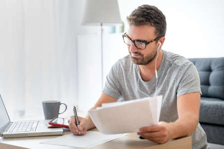 Man working from home using computer and internet connection Imagens