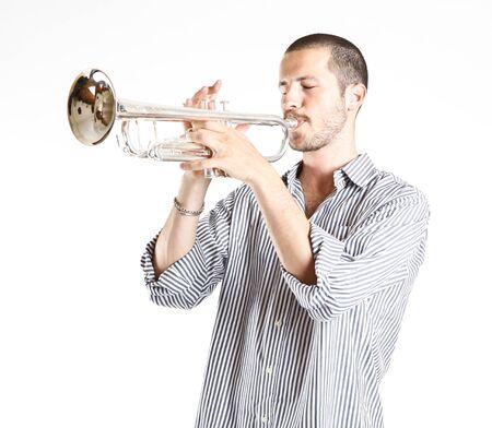 muscian: joven tocando la trompeta