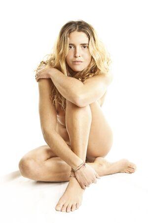 corps femme nue: portrait de la belle jeune femme nue avec des cheveux blonds