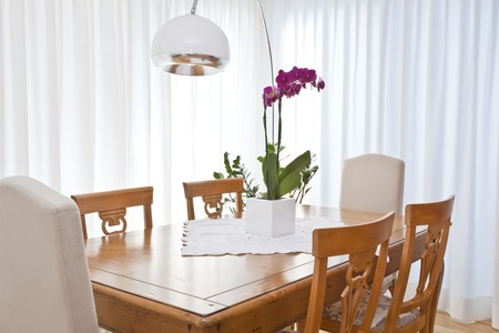 cortinas blancas: comedor moderno con cortinas blancas