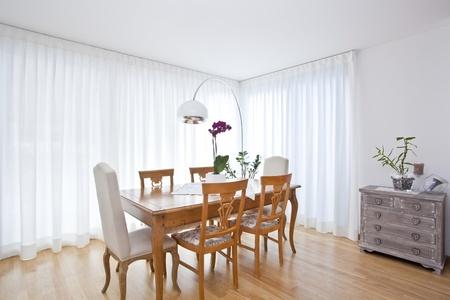 cortinas blancas: moderno comedor con cortinas blancas Foto de archivo