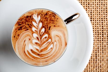 capuchino: arte del latte en una taza de caf� capuchino