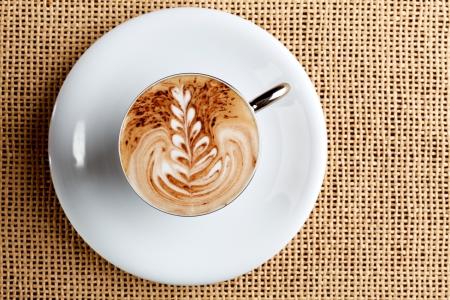 Kunst auf einer Latte Cappuccino Tasse Kaffee Standard-Bild