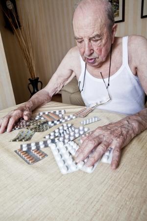 recetas medicas: anciano hombre con pastillas