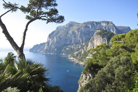 paisaje mediterraneo: la hermosa isla de Capri en Italia, N�poles