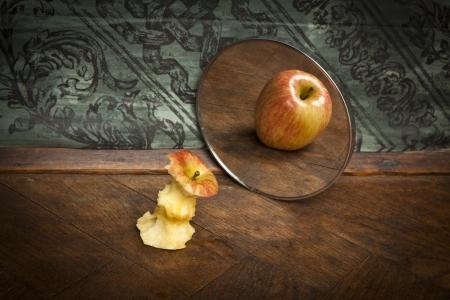 perception: foto surrealista de una manzana que refleja en el espejo