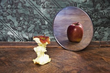 reflexion: foto surrealista de una manzana que refleja en el espejo