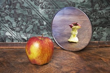 Paradoks: surrealistyczny obraz jabÅ'ko odzwierciedlajÄ…c w lustrze Zdjęcie Seryjne