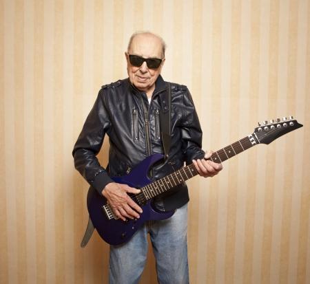 coole Mode älterer Mann mit E-Gitarre