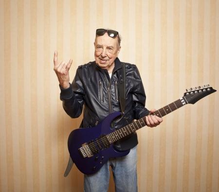 coole Mode ältere Mann mit E-Gitarre