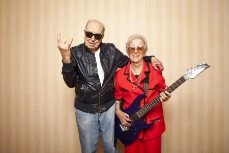 personnes �g�es: fra�che couple a�n� de la mode avec la guitare �lectrique Banque d'images