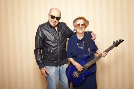 coole Mode älteren Ehepaar mit E-Gitarre