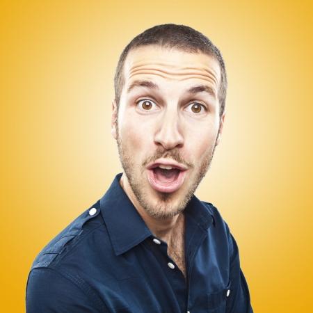 wow: retrato de un hombre joven y bella expresión de la cara sorprendida
