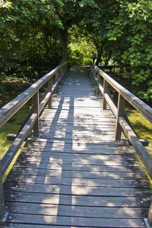 Drewniana ścieżka przez las. w Park Narodowy Krka, Chorwacja