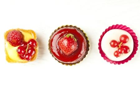 �pastries: peque�a pasteler�a hermosa fruta roja en la mesa de madera