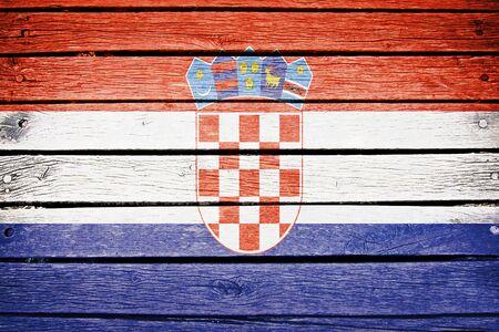 bandera de croacia: croata bandera pintada en el fondo antiguo tablón de madera
