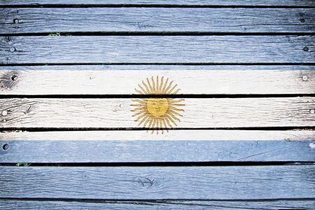 bandera argentina: Argentina, bandera argentina pintada en fondo antiguo tablón de madera