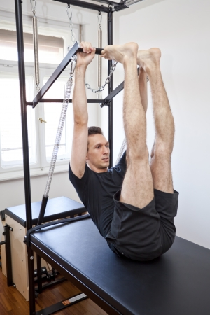 pilates: homme pratiquant le Pilates