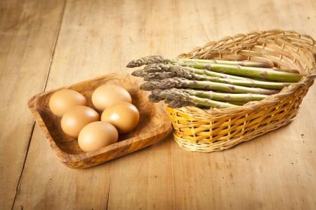 esparragos: espárragos y huevos de mesa de madera, Ingredientes Foto de archivo