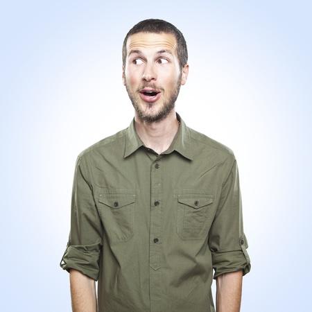 wow: retrato de un hombre joven y bella expresi�n de la cara sorprendida