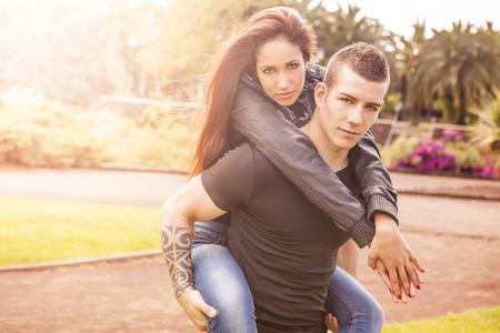 enamorados besandose: joven pareja feliz en el amor beso al aire libre