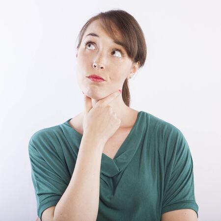 mujer pensativa: joven mujer de pensamiento hermosa, pensativa expresión de la cara Foto de archivo